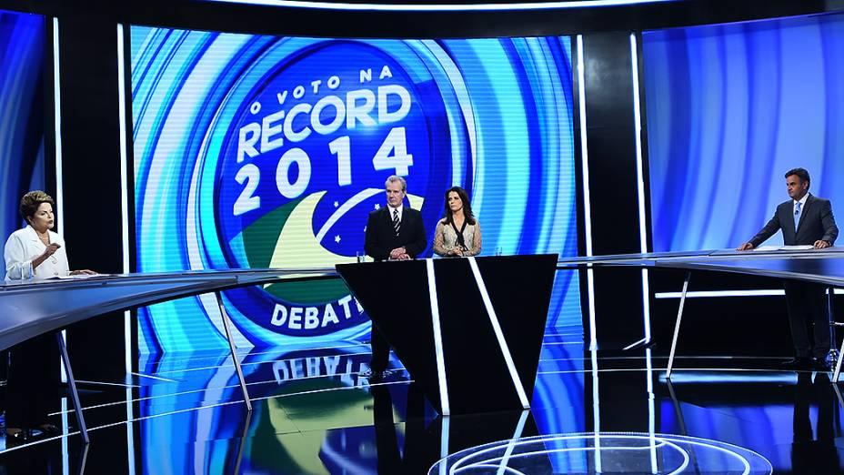 Os candidatos à presidência, Aécio Neves (PSDB) e Dilma Rousseff (PT) participam de debate do segundo turno, promovido pela Rede Record, neste domingo (19)