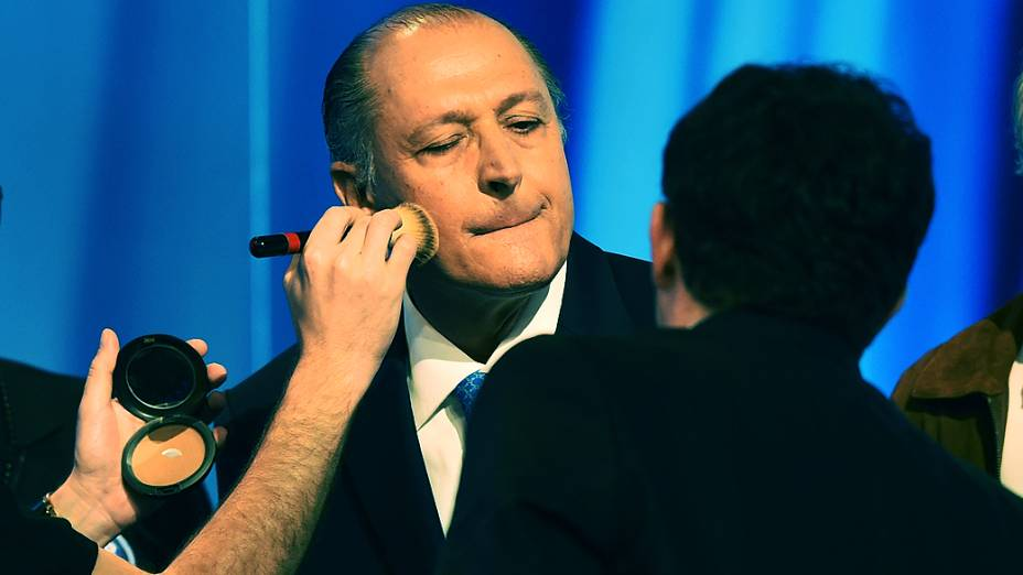 O candidato ao governo de São Paulo, Geraldo Alckmin (PSDB), é maquiadoantes do debate promovido Rede Record realizado nesta sexta-feira (26)