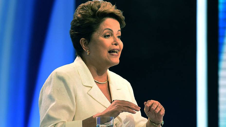 A candidata à presidência, Dilma Rousseff (PT) participa do debate no segundo turno, promovido pela Rede Record, neste domingo (19)
