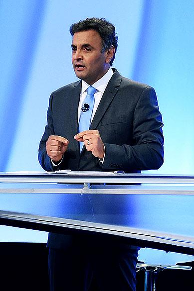 O candidato à presidência, Aécio Neves (PSDB) participa do debate no segundo turno, promovido pela Rede Record, neste domingo (19)