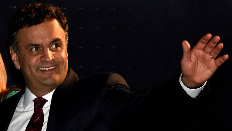 O candidato Aécio Neves (PSDB) chega para o debate dos presidenciáveis promovido pelo SBT, em 01/09/2014