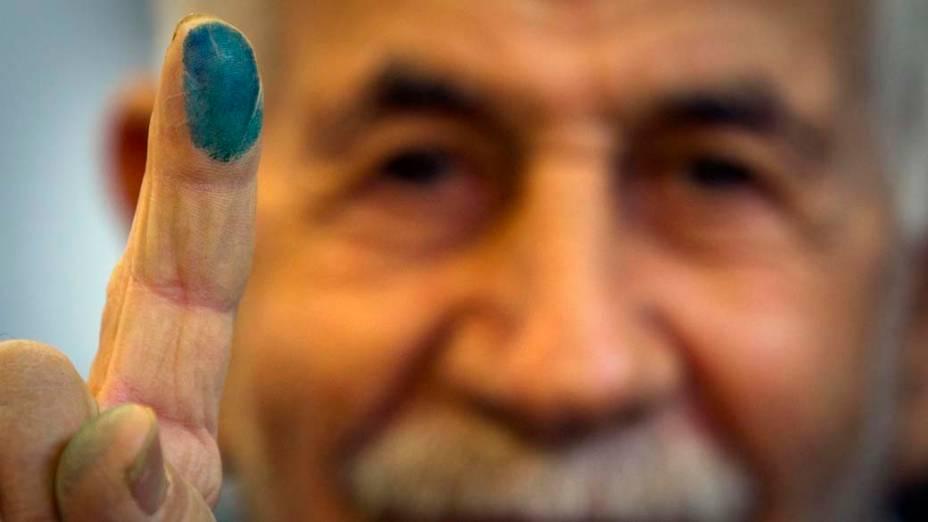 Homem após sair de votação para eleição parlamentar no Teerã, Irã