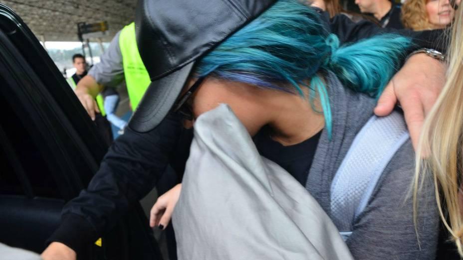 Demi Lovato desembarca em aeroporto de São Paulo com travesseiro na mão