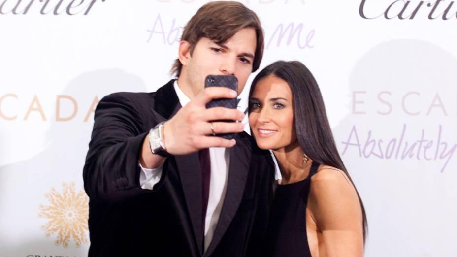Ashton Kutcher fotografa a esposa, Demi Moore, durante noite de gala em Moscou - 30/10/2010