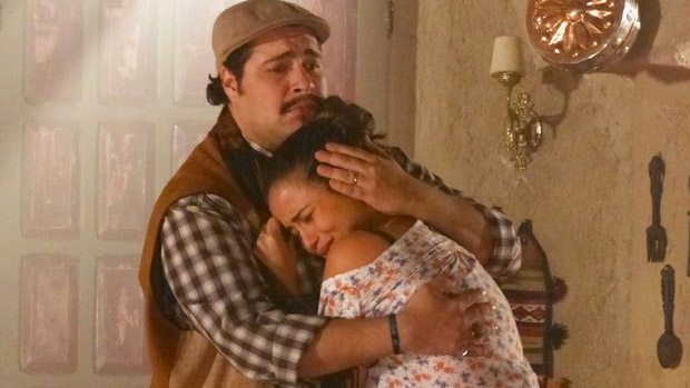 Demir (Tiago Abravanel) consola Morena (Nanda Costa), que fica mal ao descobrir que amigos e familiares preparam missa de um mês da sua morte