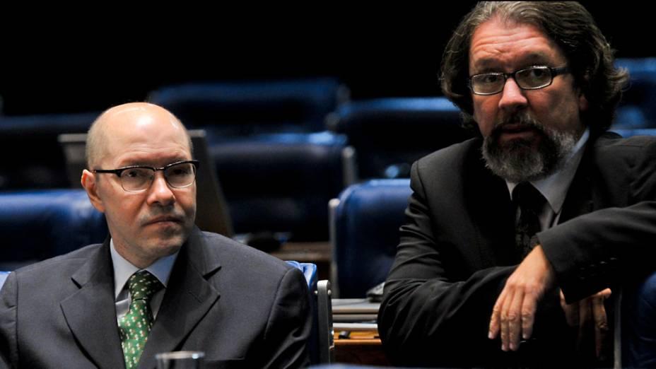 Senador Demóstenes Torres (sem partido-GO) e seu advogado, Antonio Carlos de Almeida Castro durante votação que decide a perda de seu mandato