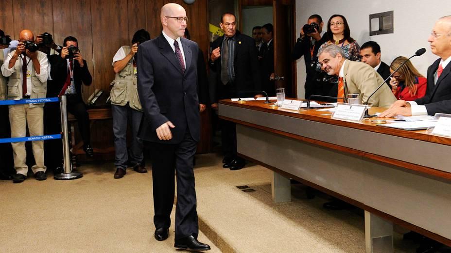 Ao centro, o senador Demóstenes Torres (sem partido-GO), acusado de quebra de decoro parlamentar, chega ao Conselho de Ética para apresentar sua defesa