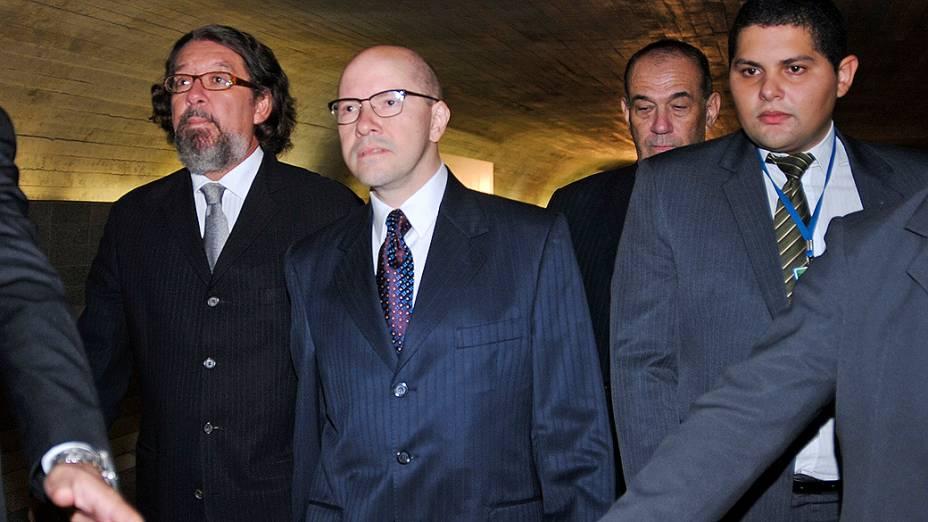 Senador Demóstenes Torres, acusado de quebra de decoro parlamentar, chega ao Senado para depor no Conselho de Ética