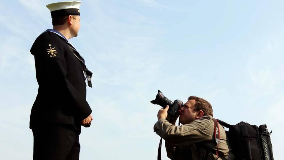 Na cidade inglesa de Fareham, Dennis Brown, primo de terceiro grau de Kate Middleton, posa para foto durante ensaio para o casamento real