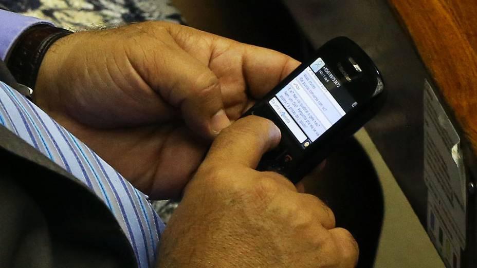 O vice presidente da Câmara dos Deputados, André Vargas (PT PR), manda mensagens de celular durante sessão no Congresso Nacional