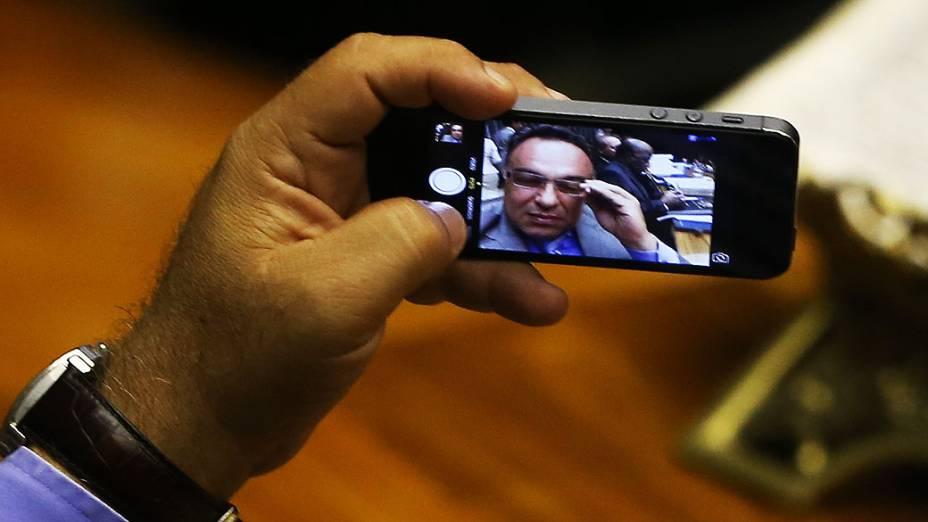 O vice-presidente da Câmara, o deputado André Vargas (PT-PR), faz autorretrato ao lado do presidente do Supremo Tribunal Federal, Joaquima Barbosa, durante sessão de reabertura dos trabalhos legislativos, em Brasília