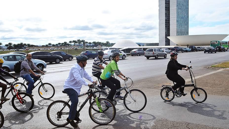 Um grupo de deputados da Frente Parlamentar pelas Ciclovias, fazem passeio ciclístico pela Esplanada dos Ministérios