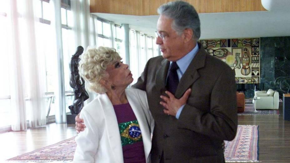 O então presidente Fernando Henrique homenagea a atriz Dercy Goncalves no Palácio da Alvorada, em Brasília