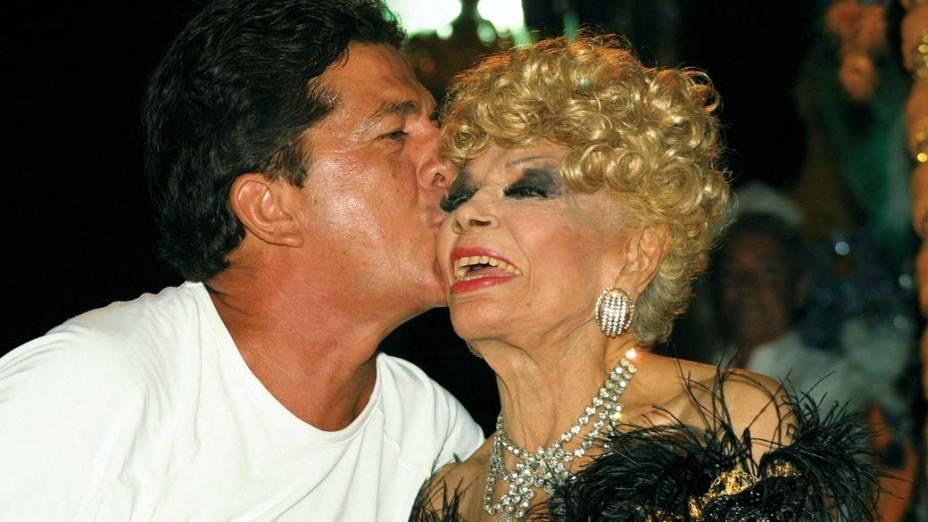 Stepan Nercessian, beijando Dercy Gonçalves, no carro alegórico da Escola de Samba Acadêmiicos de Santa Cruz, no Rio de Janeiro, em 2003