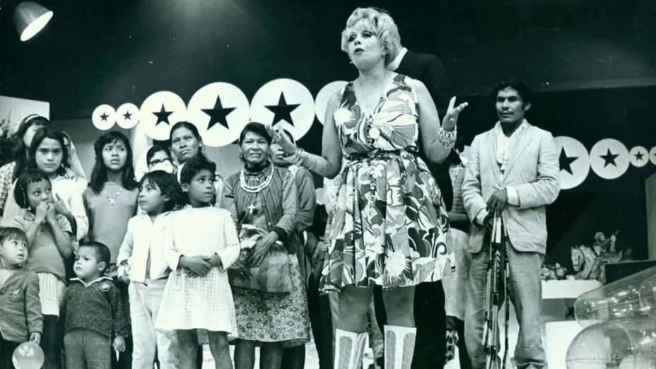 """Dercy Gonçalves apresentando o programa de auditório """"Dercy de Verdade"""", em 1969"""