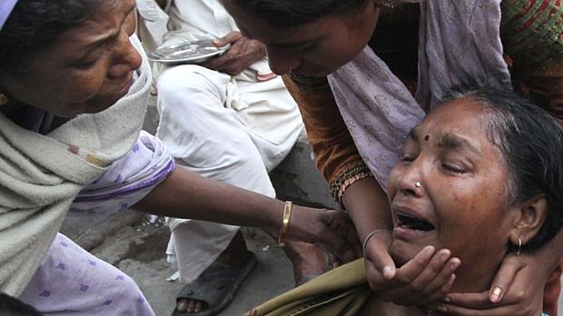 Parentes consolam uma mulher que perdeu o neto na tragédia