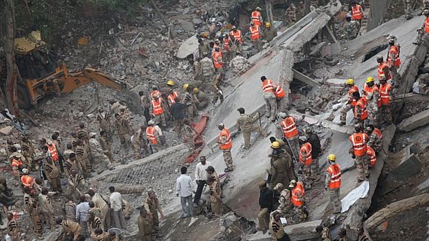 Equipes de resgate buscam sobreviventes em meio a destroços