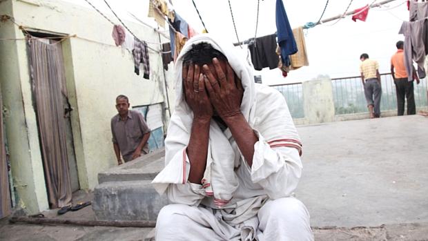 Um homem chora em meio aos esforços para resgatar as vítimas
