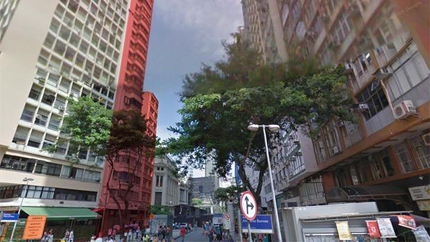 Destacados em vermelho, os dois edifícios no local do desabamento, no centro do Rio, vistos a partir da Avenida Almirante Barroso