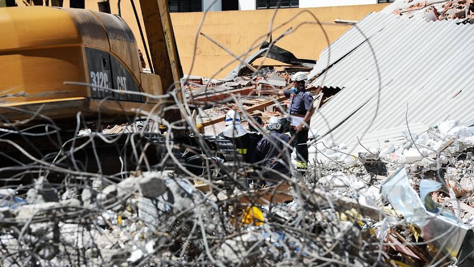 Equipe do Corpo de Bombeiros continua as buscas pelas vítimas do desabamento de um prédio em construção na Avenida Mateo Bei em São Mateus, na zona leste de São Paulo (SP), nesta quinta-feira (29)