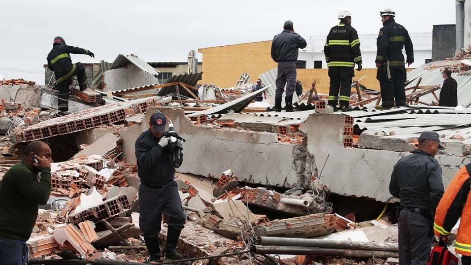 Um prédio em construção desabou na manhã desta terça-feira (27) em São Mateus, na zona leste de São Paulo. Segundo o Corpo de Bombeiros, há cerca de 15 vítimas, entre pessoas presas nos escombros e atingidas nas ruas