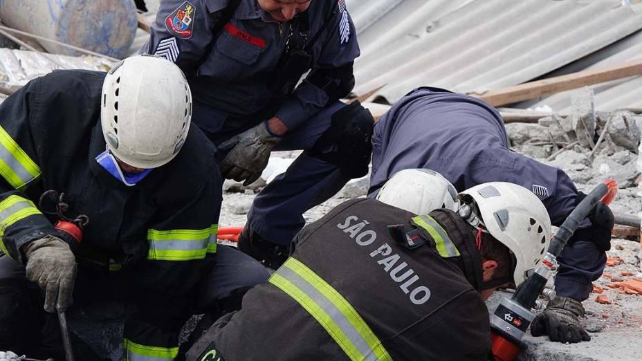 Equipes do Corpo de Bombeiros continuam o resgate das vítimas do desabamento de um prédio em construção na Avenida Mateo Bei em São Mateus, na zona leste de São Paulo (SP), nesta quarta-feira (28)