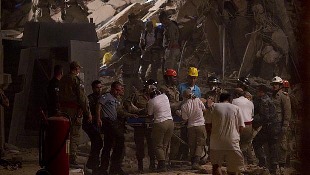 Equipes de resgate socorrem sobrevivente de desabamento de prédio no centro do Rio de Janeiro, na noite desta quarta-feira
