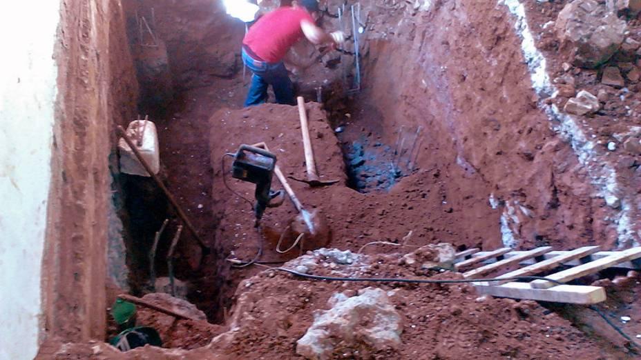 Operário trabalha em escavação do que seria um reservatório no andar térreo do prédio que desabou em SP