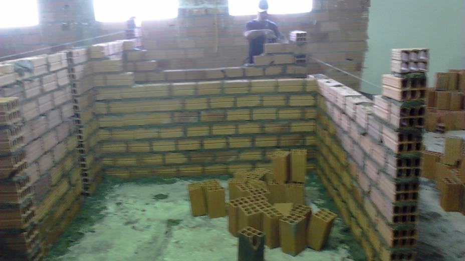 Pedreiro trabalha no primeiro andar, em construção do que seriam vestiários e refeitório