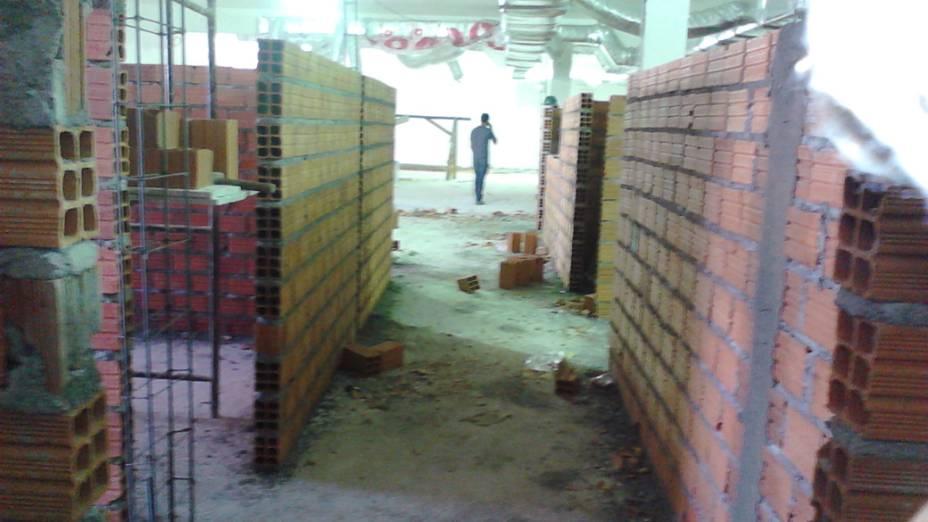 Paredes de tijolos formam corredor no pavimento de cima do prédio que desabou