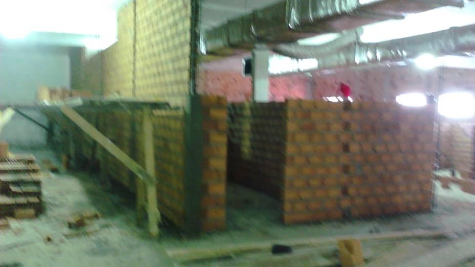 Parede alta, do piso ao teto, foi levantada com uso de vigota para sustentação no andar de cima