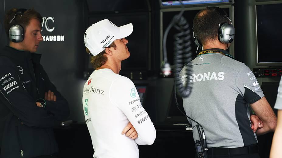Nico Rosberg acompanha o que acontece na pista no boxe da Mercedes
