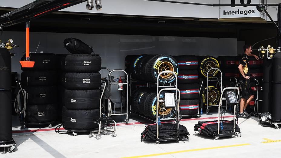 Movimentação nos boxes da Lotus em Interlagos