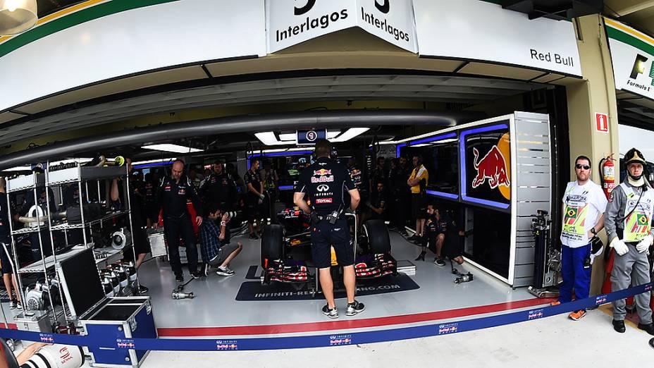 Movimentação nos boxes da Red Bull em Interlagos