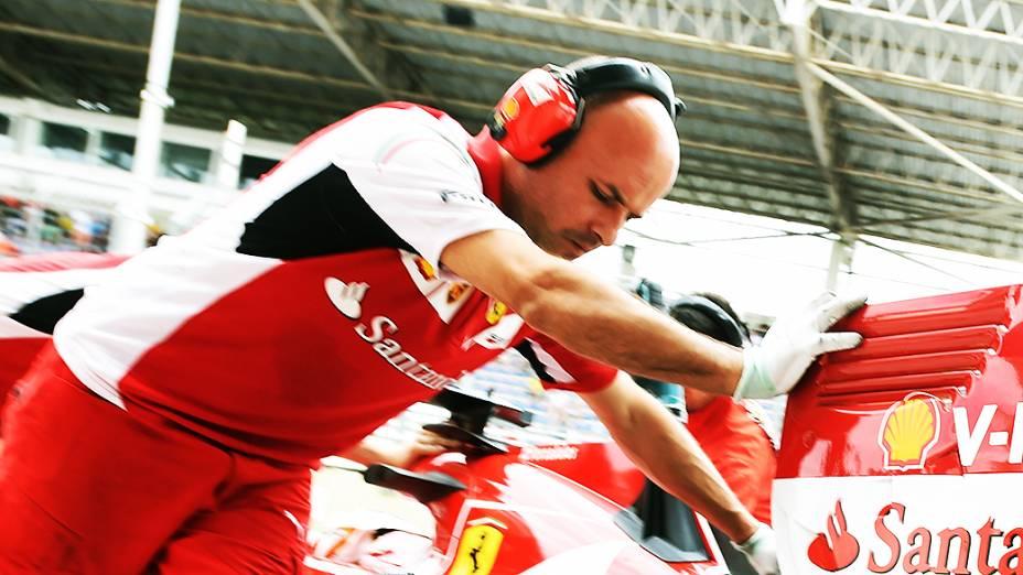 Movimentação nos boxes da Ferrari