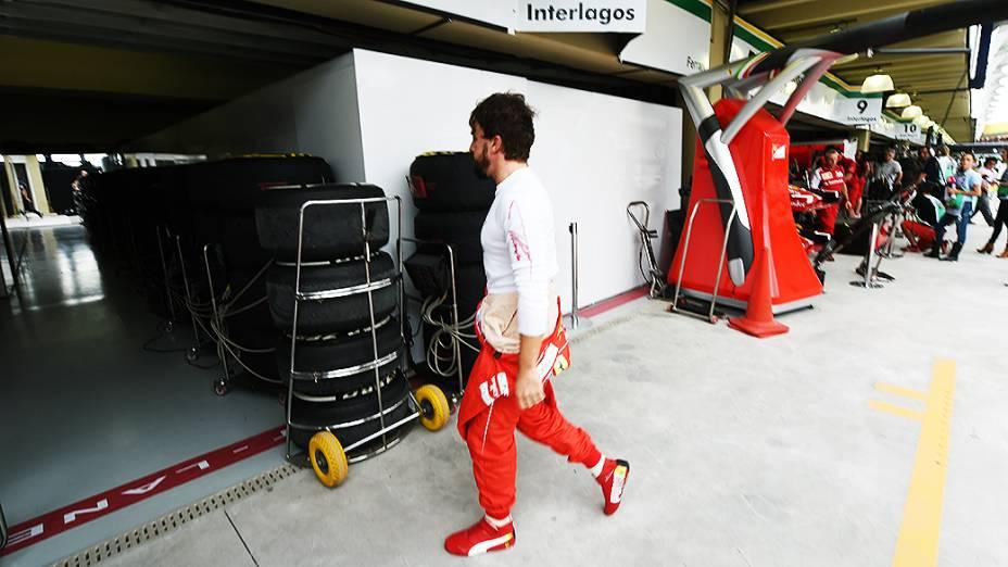 O espanhol Fernando Alonso caminha pelos boxes da Ferrari em Interlagos