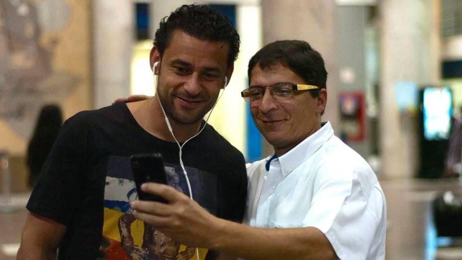 Dia de apresentação: Fred posa para foto com torcedor no Rio