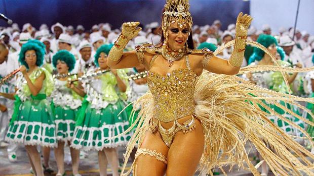 Viviane Araújo, rainha de bateria da Mancha Verde, durante desfile no Anhembi