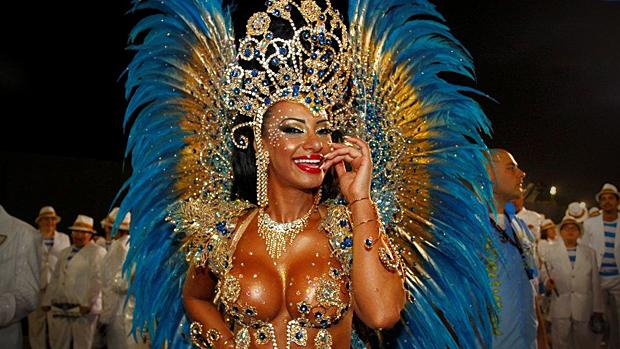 Cinthia Santos, rainha de bateria da Águia de Ouro