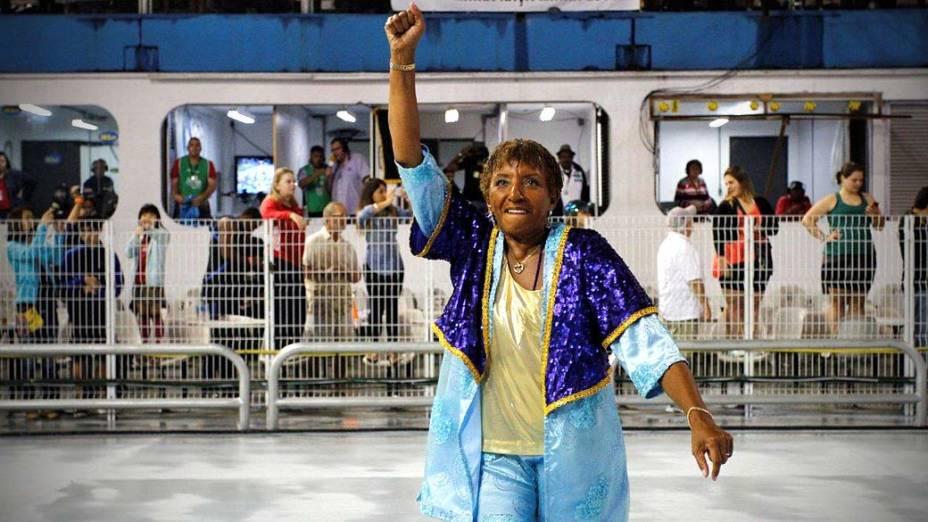 Leci Brandão, homenageada da escola em 2012, durante desfile no Anhembi