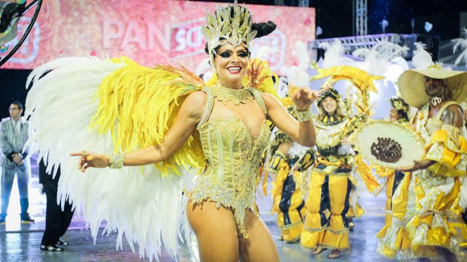A apresentadora Carolina Galan, destaque da Vai-Vai no primeiro dia de desfiles do Grupo Especial do Carnaval de São Paulo