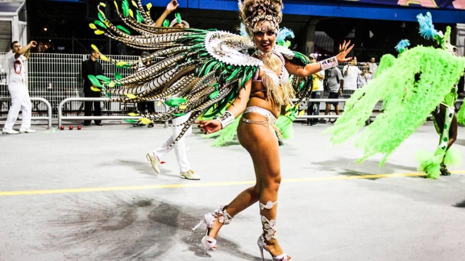 Kátia Salles, rainha de bateria da Pérola Negra, em São Paulo