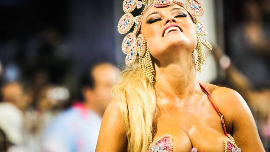 Ellen Rocche, a rainha de bateria da Rosas de Ouro no primeiro dia de desfiles do Grupo Especial do Carnaval de São Paulo