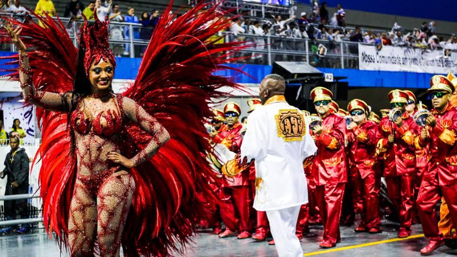 Camila Silva, a rainha da bateria da Vai-Vai no primeiro dia de desfiles do Grupo Especial do Carnaval de São Paulo