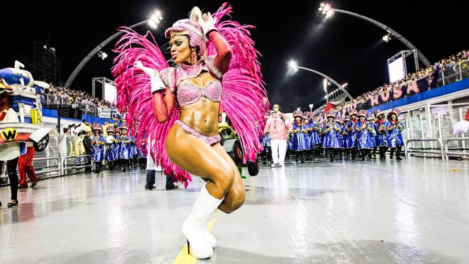 Simone Sampaio, a rainha de bateria da Dragões da Real no primeiro dia de desfiles do Grupo Especial do Carnaval de São Paulo