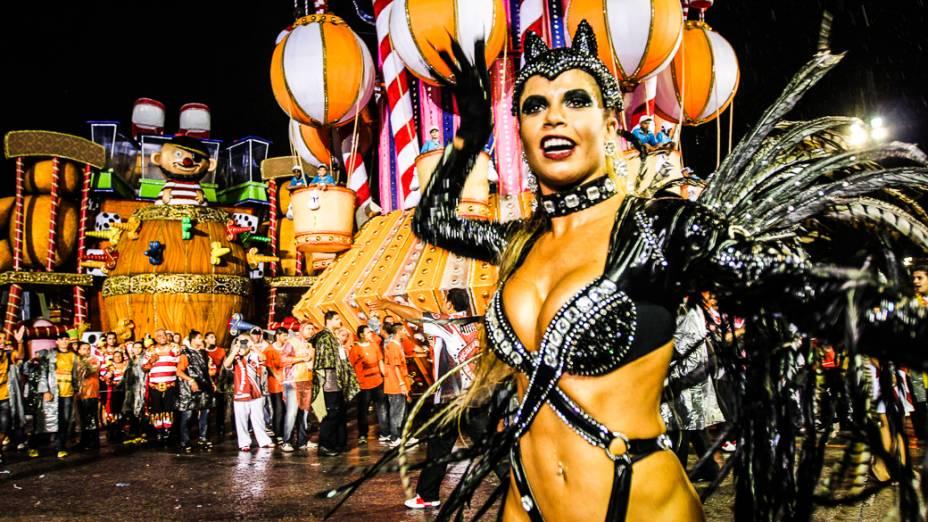 A ex-BBB Cacau, musa da Dragões da Real, desfilou de Mulher-Gato na avenida