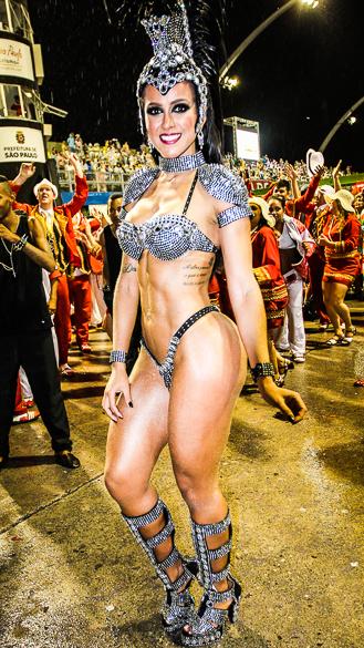 Musa da Dragões da Real, na dispersão do Anhembi após desfile
