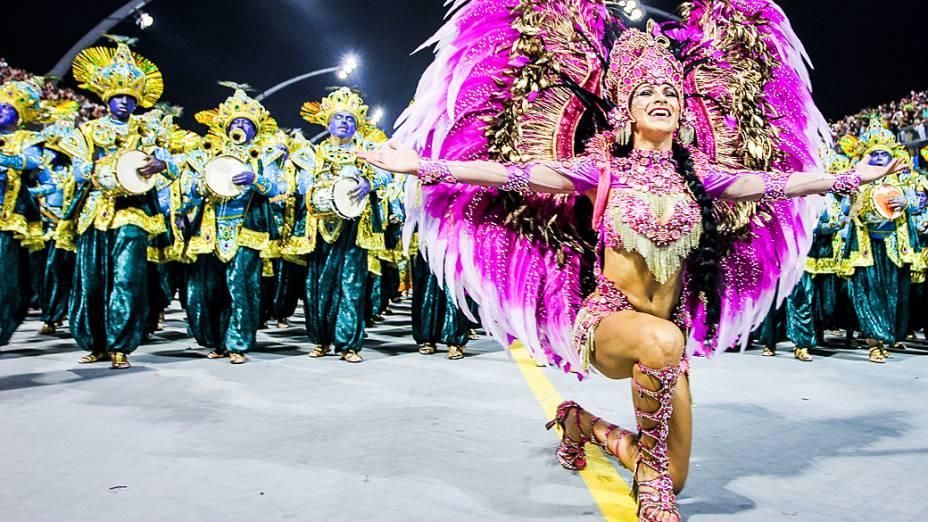 Aline Oliveira rainha da bateria da Mocidade Alegre no segundo dia de desfiles das escolas de samba do Grupo Especial no Carnaval de São Paulo