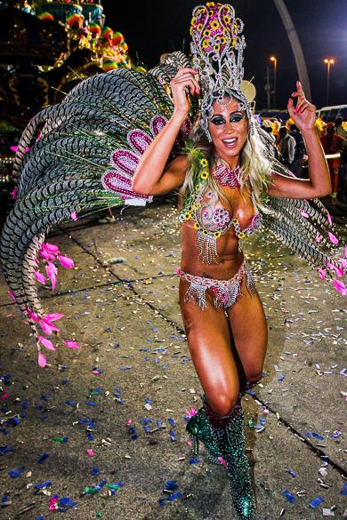 Musa da Império da Casa Verde no segundo dia de desfiles das escolas de samba do Grupo Especial no Carnaval de São Paulo