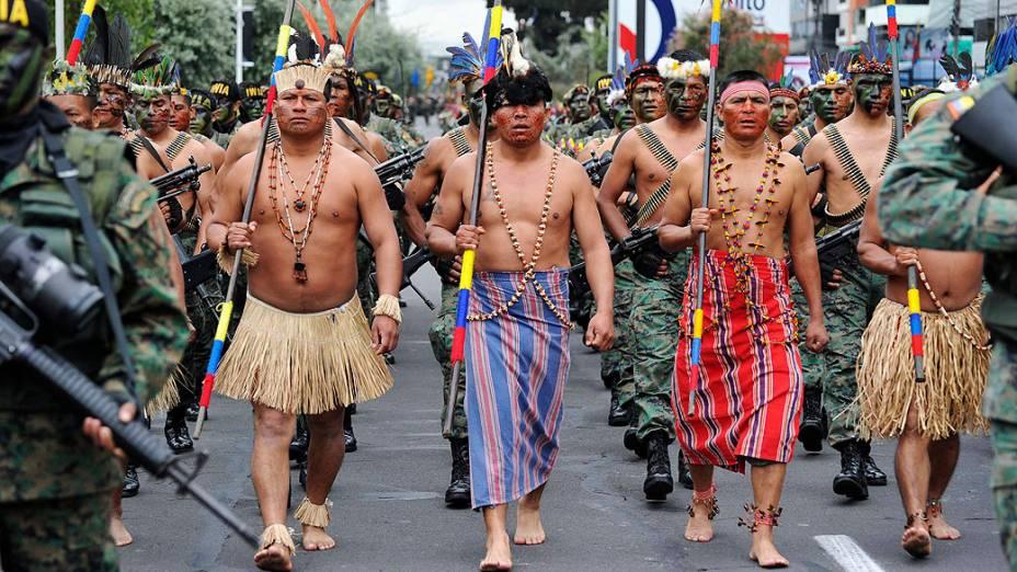 Soldados indígenas da etnia Shuar participam de desfile militar em Quito, Equador, durante as celebrações dos 190 anos da Batalha de Pichincha